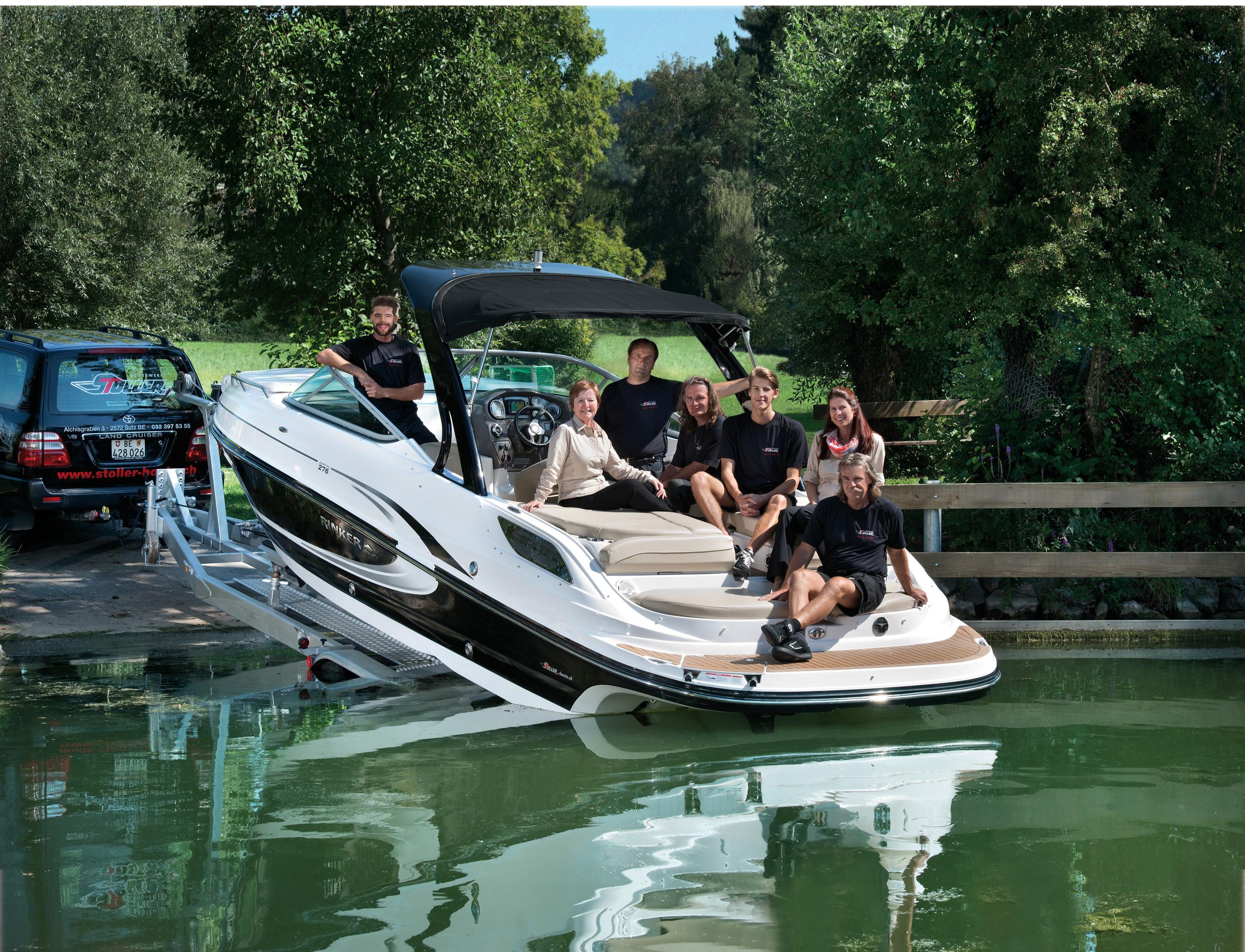 Portrait Familie Stoller auf Motorboot