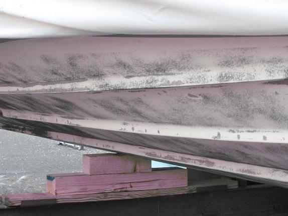 Bootsrumpf vor dem Antifouling Anstrich